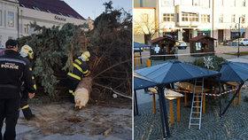 Na náměstí v Holešově spadl vánoční strom: Prduký poryv větru ho doslova ukroutil a strhl na přístřešky trhovců!