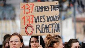 V Paříži se sešly tisíce lidí, demonstrovaly proti násilí páchaném na ženách.