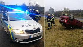 Policisté si všimli nehody ve zpětném zrcátku. Neváhali ani vteřinu a začali pomáhat.