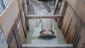 Prasklé potrubí na Břevnově odstřihlo od vody 22 tisíc domácností.