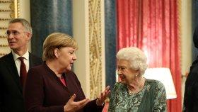 Angela Merkelová a královna Alžběta II. během summitu NATO v Londýně