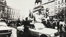 Jonákův proslulý bílý mercedes během revolučních dnů rozvážel papaláše, studenty i letáky.