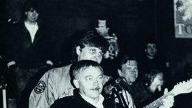 I taková setkání přinesl listopad 1989: Budoucí král noční Prahy Jonák a jedna z ikon revoluce Karel Kryl