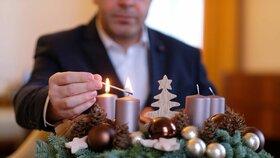 I Vladimír Kremlík (za ANO) zapálil na adventním věnci svíčku.
