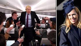 Premiér Boris Johnson čelí kritice za půl hodiny v letadle. Vpravo jeho milenka Carrie Symondsová