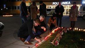 Ministr zdravotnictví Adam Vojtěch položil před nemocnicí svíčku.