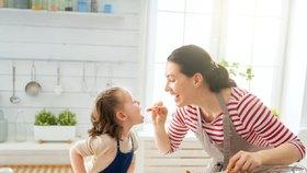 Vaření s dětmi se vyplatí. Rozvíjí u nich důležité schopnosti. (ilustrační foto)