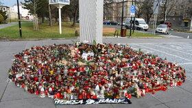 U pietního místa bylo o víkendu klidněji. Přibývají svíčky, květiny, nejnověji i šála Baníku Ostrava. Klub i jeho fanoušci přispěli do sbírky.