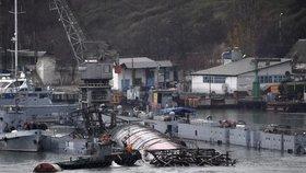 V krymském přístavu Sevastopol utopili vysloužilou a chátrající ponorku.
