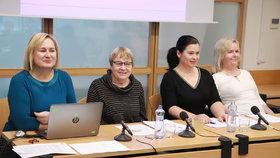 Ombudsmanka Anna Šabatová (druhá zleva), Veronika Vítková (zcela vpravo) na tiskovce