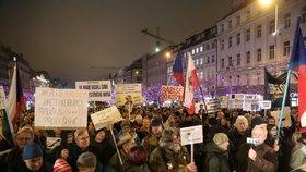 Na Václavském náměstí se scházejí protestující proti Babišovi (17. 12. 2019)