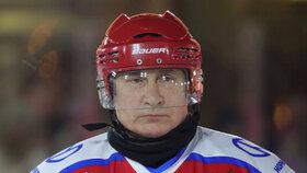 Vladimir Putin při hokeji pod širým nebem: Zahrál si na Rudém náměstí v Moskvě (25.12.2019)