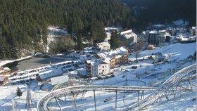 Pec pod Sněžkou i Špindlerův Mlýn: Kolaps dopravy pod náporem návštěvníků v autech