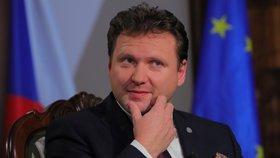 Předseda Poslanecké sněmovny Radek Vondráček před natáčením novoročního projevu pro rok 2020. Oproti předchozímu roku vyměnil stůl i místo, odkud projev natáčel (2020).