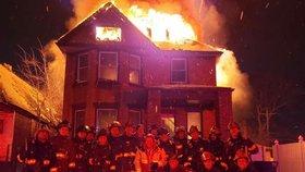 Detroitští požárníci se vyfotili na Nový rok před hořícím domem a mají z toho průšvih velký jako inferno.