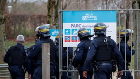 U Paříže útočil muž nožem na kolemjdoucí, policie ho zastřelila (3. 1. 2020)