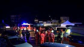 Auto vjelo na severu Itálie do skupiny turistů, šest lidí zemřelo. Na místě zasahovalo 160 záchranářů. (5.1.2019)