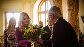 Prezident Miloš Zeman vítá manželku premiéra Moniku Babišovou v Lánech.