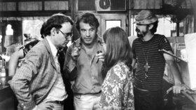 Ve věku 89 let zemřel americký scenárista a jeden z herců Miloše Formana Buck Henry - na snímku vlevo Henry, uprostřed Forman. (9.1.2020)