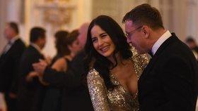 Manželka hradního kancléře Vratislava Mynáře Alex s ministrem dopravy Vladimírem Kremlíkem (za ANO) na hradním plese (10.1.2020)