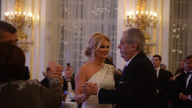 Prezident Miloš Zeman si na pátém charitativním plesu na Hradě zatančil i s manželkou premiéra Monikou Babišovou (11.1.2020)