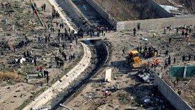 Vyšetřovatelé dorazili na místo havárie ukrajinského letadla, kde zahynulo přes 170 lidí (11.1.2020)