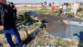 Trosky ukrajinského letadla, kam dorazili vyšetřovatelé nehody. (11.1.2020)