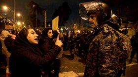 Protesty v Íránu nabírají na síle. Policie tahá slzný plyn