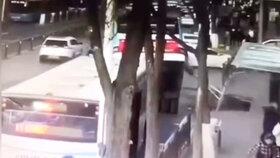 Čínský autobus spadl do díry, nehoda má 6 obětí.