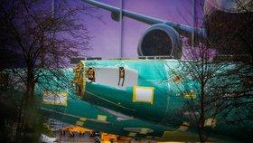 Boeing po problémech s řadou 737 MAX loni dodal pouze 380 strojů. Předstihl ho Airbus.