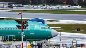 Boeing po problémech s řadou 737 MAX loni dodal pouze 380 strojů. Předstihl ho Airbus