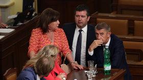 Jan Hamáček (ČSSD) s Andrejem Babišem (ANO) a Alenou Schillerovou (za ANO) ve Sněmovně