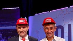 Jaromír Soukup a Andrej Babiš v čepicích, které se staly symbolem kampaně ANO. Babiš je okopíroval od Trumpa