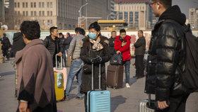 Ve střední Číně se vyskytl záhadný virus, lidé na ulicích si nasadili roušky.