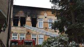 Ohořelá okna naznačují, ve kterých pokojích hořelo