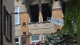 Ohořelá okna naznačují, ve kterých pokojích hořelo.