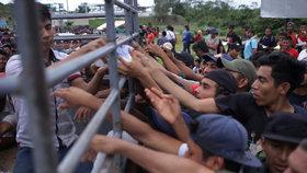 Karavana více než 3000 středoamerických migrantů se násilím snažila překročit hranici s Mexikem (18.1.2020)
