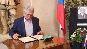 Místopředseda Senátu Milan Štěch (ČSSD) a jeho zápis do kondolenční knihy k úmrtí Jaroslava Kubery (ODS; 21. 1. 2010)
