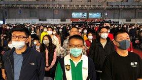Čínu děsí nový typ koronaviru. Obyvatelé nosí roušky.