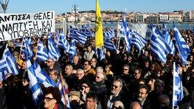 Na řeckých ostrovech Samos, Chios a Lesbos ve středu jejich obyvatelé, místní podnikatelé i úředníci protestovali proti migrační politice řecké vlády.