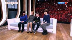 Dáša údajně otěhotněla s 10letým Ivanem. Do studia ruské televize je doprovodily matky. Úplně vlevo Ivanova matka, úplně vpravo Dášina.