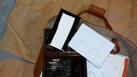 Hrací skřínka obsahovala nahrávací zařízení.