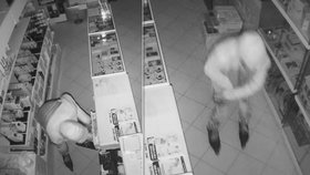 Muže zachytila bezpečnostní kamera.