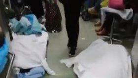 Mrtvá těla pacientů s koronavirem se povalují po chodbách nemocnic