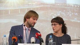 Ministr zdravotnictví Adam Vojtěch (za ANO) a hlavní hygienička Eva Gottwaldová na tiskovce ke koronaviru