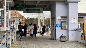 Skupina čínských turistů opouští Nemocnici Na Bulovce. V úterý 28. ledna je tam převezli záchranáři, podezření na koronavirus se u pěti z nich nepotvrdilo.