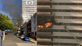Hasiči likvidují požár výškové budovy: Lidé údajně vyskakovali z oken!