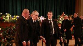Sre svými spolupracovníky dorazil uctít památku předsedy Senátu Jaroslava Kubery i prezident republiky Miloš Zeman. (3. 2. 2020)