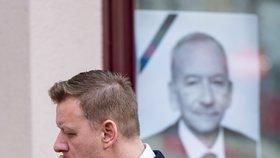 Primátor Teplic Hynek Hanza (ODS) před před Krušnohorským divadlem v Teplicích, kde proběhlo rozloučení s předsedou Senátu Jaroslavem Kuberou (3. 2. 2020)