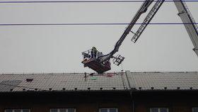 Hasiče na severu Moravy zaměstnala vichřice Sabine. Vyjížděli k popadaným stromům, uvolněným střechám i nehodám.